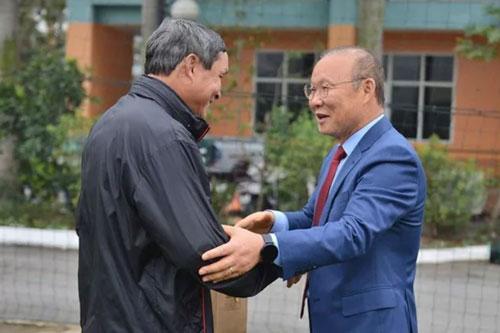 HLV Park Hang-seo và ông Mai Đức Chung.