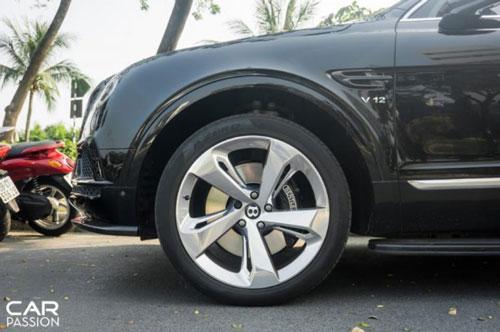 Xe sử dụng bộ mâm 5 chấu có thiết kế đẹp mắt, đĩa phanh lớn cùng cùm phanh sơn đen tương tự ngoại thất. (Ảnh: Carpassion).