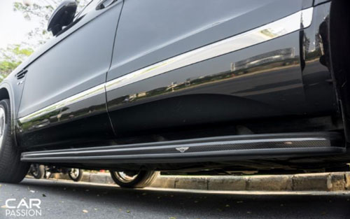 Xe được trang bị thêm hai bệ bước chân carbon loại chính hãng của Bentley, giúp việc ra vào xe dễ dàng hơn. (Ảnh: Carpassion).