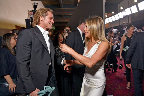 Chứng kiến Brad Pitt và Jennifer Aniston công khai tái hợp thân mật, phản ứng của Angelina Jolie như thế nào? - Ảnh 2.