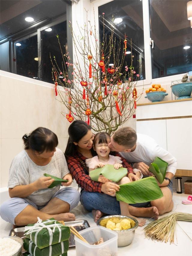"""Phương Vy Idol hướng dẫn chồng Tây """"cực nghiện Tết Việt"""" gói bánh chưng - 1"""