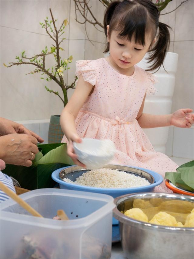 Phương Vy hướng dẫn ông xã và con gái gói bánh chưng đón Tết - Ảnh 3.