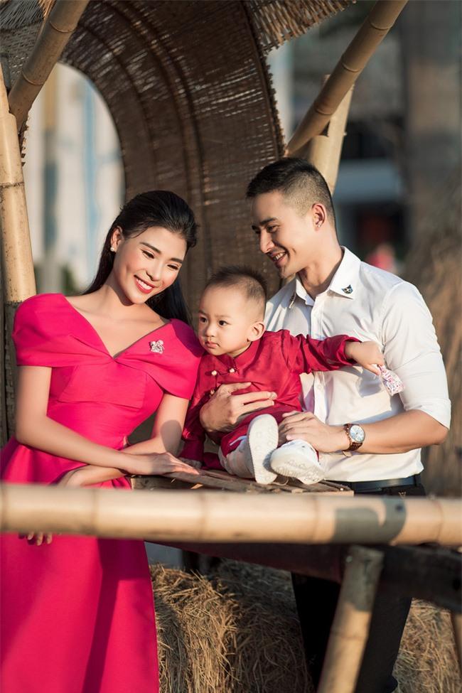 Thúy Diễm - Lương Thế Thành đưa con trai cưng đi chợ hoa, lần hiếm hoi khoe bố mẹ sang chảnh  - Ảnh 10.