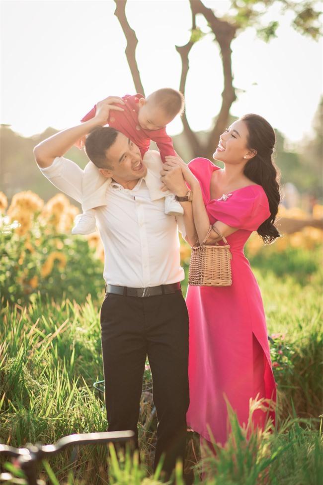 Thúy Diễm - Lương Thế Thành đưa con trai cưng đi chợ hoa, lần hiếm hoi khoe bố mẹ sang chảnh  - Ảnh 11.
