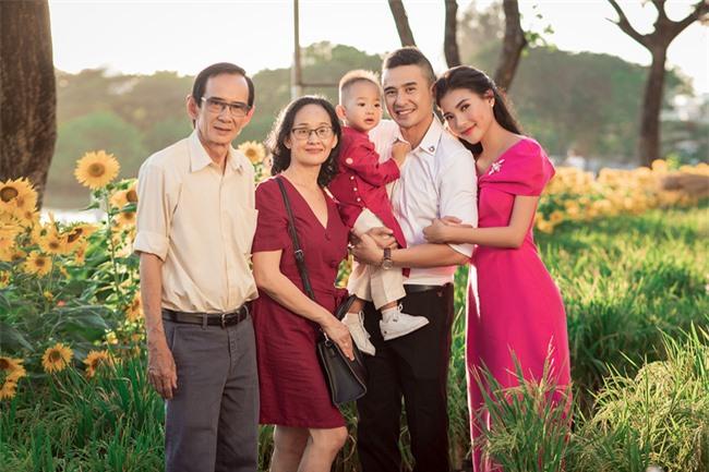 Thúy Diễm - Lương Thế Thành đưa con trai cưng đi chợ hoa, lần hiếm hoi khoe bố mẹ sang chảnh  - Ảnh 3.