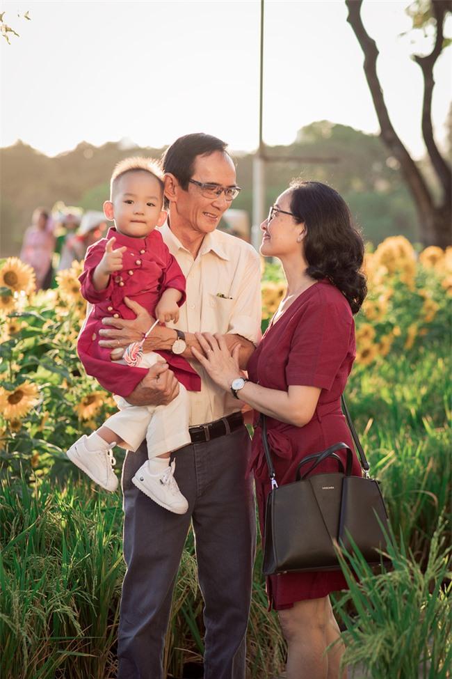 Thúy Diễm - Lương Thế Thành đưa con trai cưng đi chợ hoa, lần hiếm hoi khoe bố mẹ sang chảnh  - Ảnh 5.