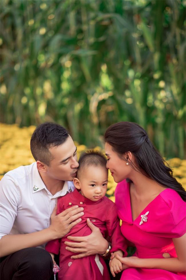 Thúy Diễm - Lương Thế Thành đưa con trai cưng đi chợ hoa, lần hiếm hoi khoe bố mẹ sang chảnh  - Ảnh 6.