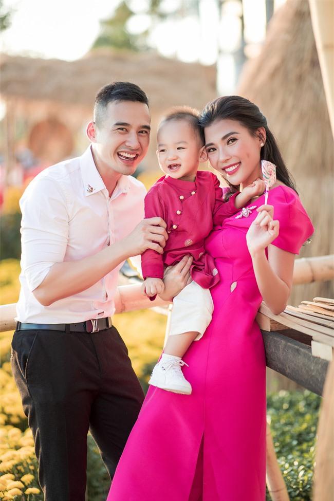 Thúy Diễm - Lương Thế Thành đưa con trai cưng đi chợ hoa, lần hiếm hoi khoe bố mẹ sang chảnh  - Ảnh 7.