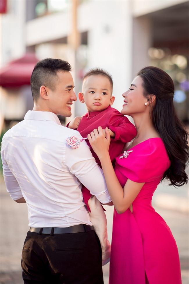 Thúy Diễm - Lương Thế Thành đưa con trai cưng đi chợ hoa, lần hiếm hoi khoe bố mẹ sang chảnh  - Ảnh 8.