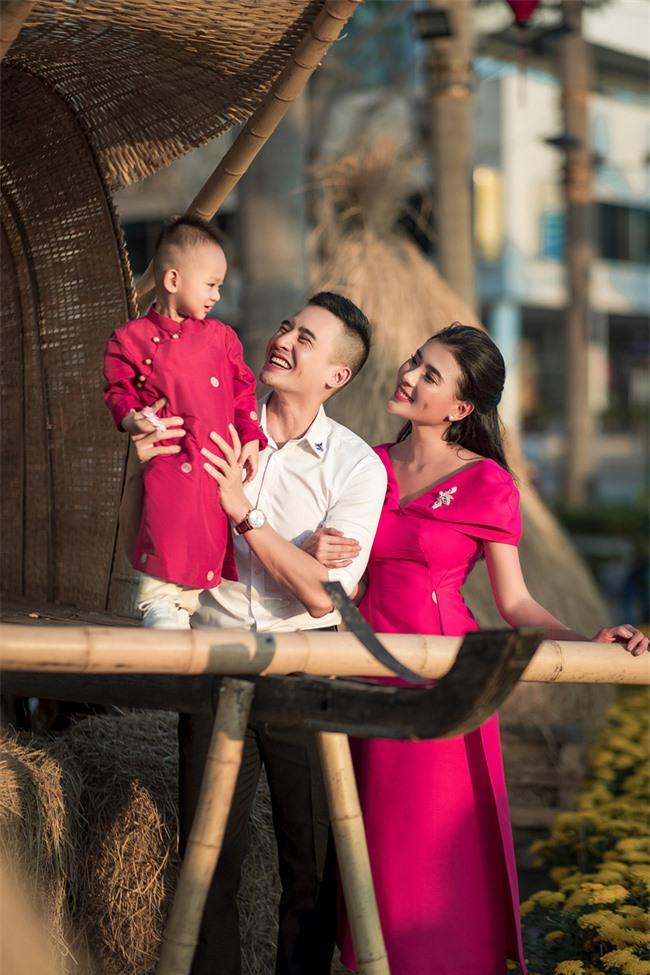 Thúy Diễm - Lương Thế Thành đưa con trai cưng đi chợ hoa, lần hiếm hoi khoe bố mẹ sang chảnh  - Ảnh 9.