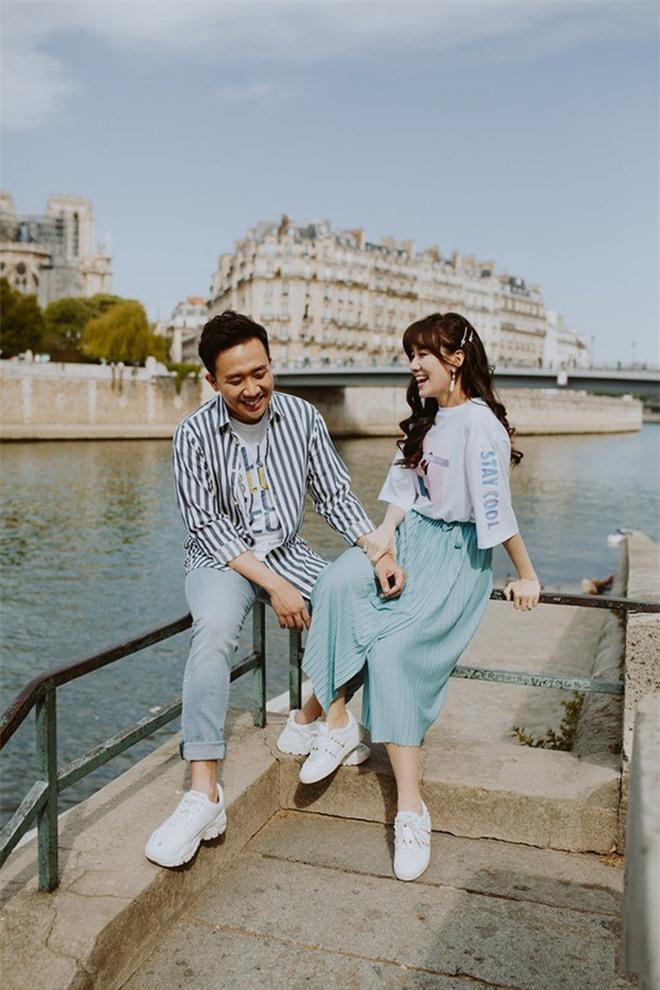 Trong một chuyến lưu diễn tại Pháp, Trấn Thành và Hari Won trao cho nhau nụ hôn ngọt ngào, lưu giữ bằng một bộ ảnh kỷ niệm.