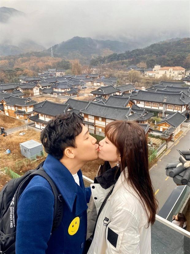 Đến khi du lịch ở Hàn Quốc, cặp đôi vẫn liên tục thể hiện tình cảm chẳng khác gì thuở mới yêu.
