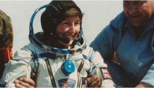 Tiến sĩ Helen Sharman sau khi hoàn thành chuyến đi vào không gian 8 ngày. Ảnh: Mirror.