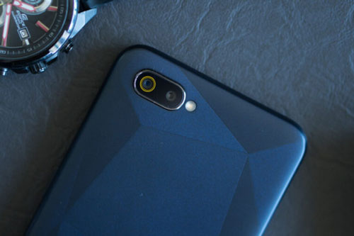 Trên tay smartphone Realme camera kép, pin 4.000 mAh, RAM 3 GB, giá gần 1 triệu
