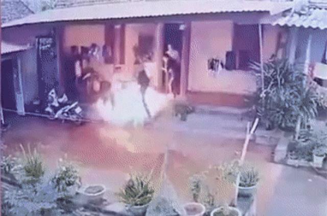 Giáp Tết, con rể dùng xăng phóng hỏa nhà bố vợ, 3 người bị thương - 1