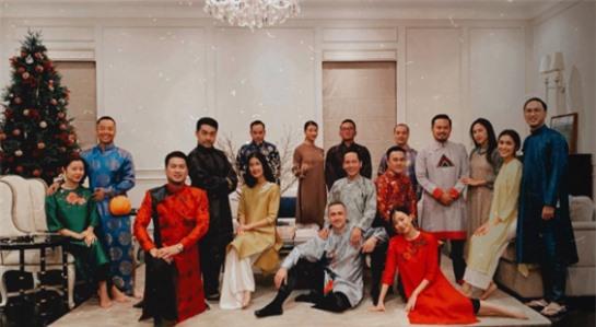 """Tăng Thanh Hà khoe nhan sắc đẹp mặn mà bên cạnh ông xã Louis Nguyễn trong bữa tiệc nhân ngày 29 Tết của """"gia đình triệu đô""""  - Ảnh 4."""
