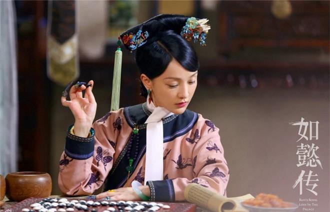 Vi sao phi tan nha Thanh luon deo khan trang tren co?-Hinh-6