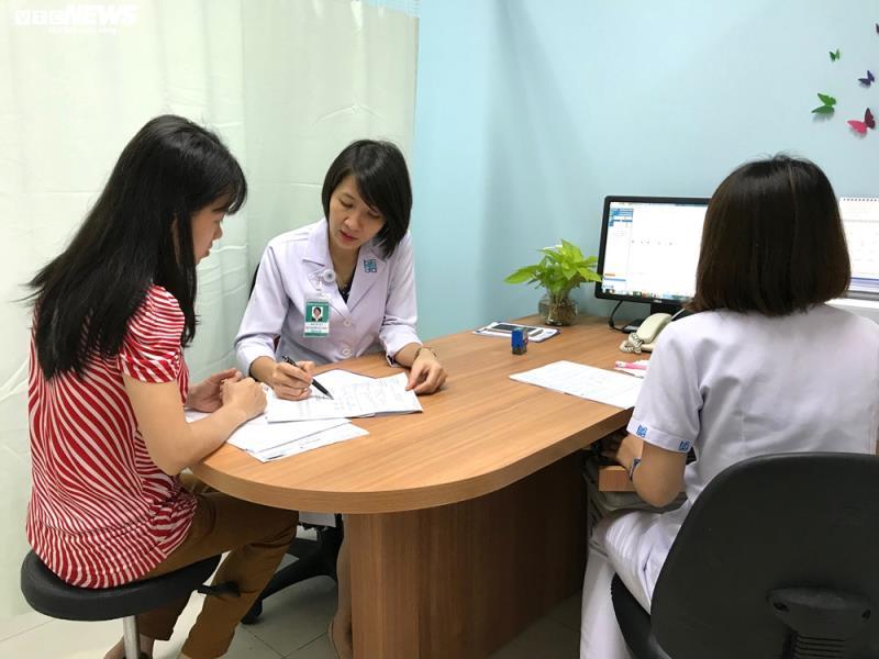 BSCKI. Trần Thị Phương Loan của Bệnh viện ĐHYD TP.HCM tư vấn cho sản phụ.