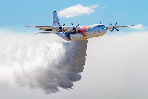 Một máy bay vận tải C-130 Hercules làm nhiệm vụ chữa cháy. Ảnh: Reuters.