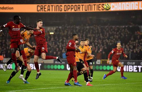 Henderson (số 14) ghi bàn mở tỷ số cho Liverpool từ khá sớm