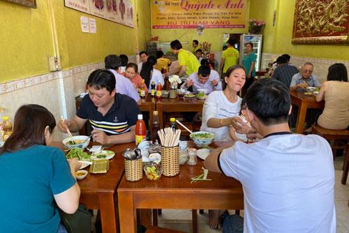 """TPHCM: Quán ăn, cà phê tăng giá """"phi mã"""" ngày mùng 1 Tết"""