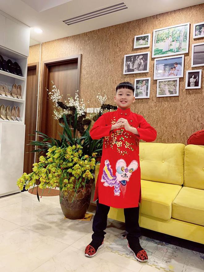 Con trai Bảo Thanh như soái ca nhí trong tà áo dài đỏ cùng gia đình đi chúc Tết ngày mùng 1.