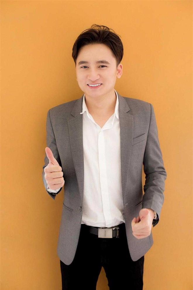 Có hit 100 triệu view thì Phan Mạnh Quỳnh vẫn mặc giản dị, chơi đàn trong nhà thờ ngày đầu năm mới - Ảnh 2.