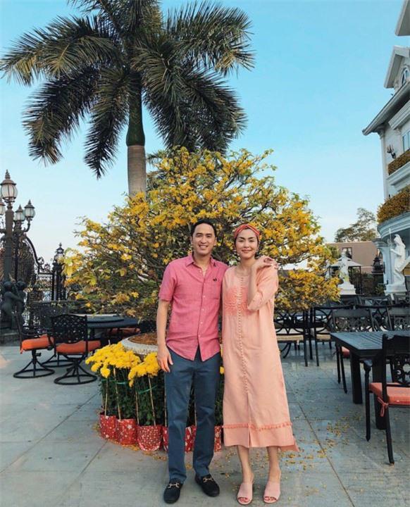 Cứ Mùng 1 Tết, vợ chồng Hà Tăng lại xúng xính áo dài du xuân: Hơn 1 thập kỷ gắn kết, chưa bao giờ quên nắm chặt tay! - Ảnh 8.