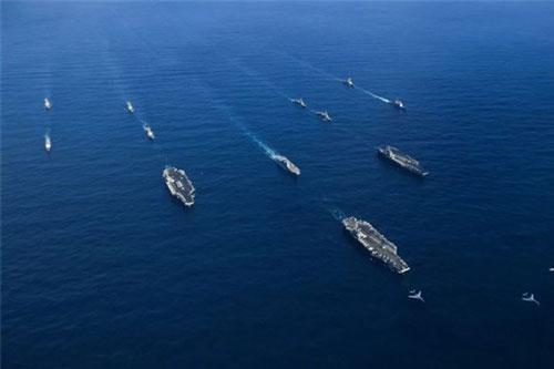 Ba tàu sân bay chạy bằng năng lượng hạt nhân - Reagan, Roosevelt và Nimitz - cùng các tàu hộ tống tập trận trên Thái Bình Dương. Ảnh: Breaking Defense.