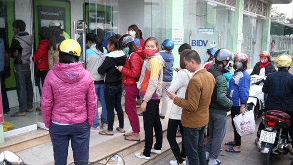 Xếp hàng chờ rút tiền tại khu công nghiệp Bắc Thăng Long (Hà Nội).