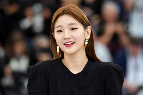 Bộ phim Ký sinh trùng (Parasite) đánh dấu bước ngoặt trong sự nghiệp diễn xuất của ngôi sao Park So Dam. Trong phim, nữ diễn viên sinh năm 1991 đảm nhận vai gia sư mỹ thuật Ki Jung cho con trai ông chủ Park.