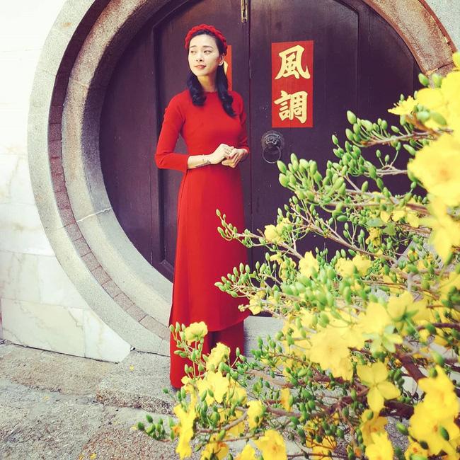 Như bao chị em khác, Ngô Thanh Vân cũng chọn áo dài để hoàn thiện phong cách trong ngày đầu năm mới. Cô thậm chí còn ưu ái gam màu đỏ để mong một năm Canh Tý thật rực rỡ.