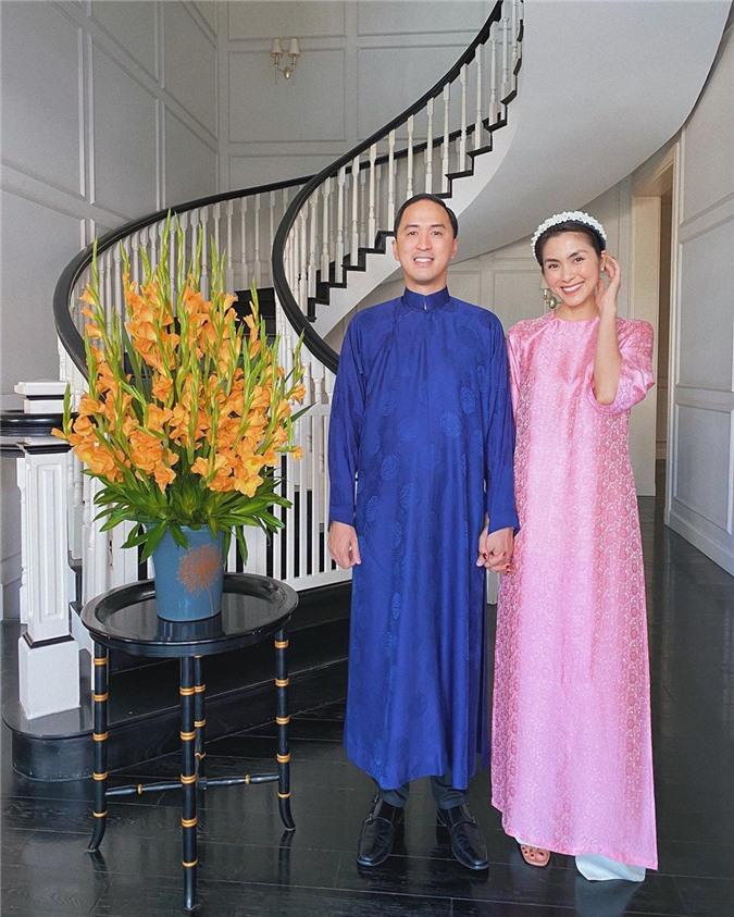 Mặc cho mùng 1 âm u, các người đẹp Việt vẫn tưng bừng váy áo: H'Hen Niê diện áo dài đi chân trần, Đông Nhi xịn hơn diện lại đôi giày cưới 30 triệu - Ảnh 1.