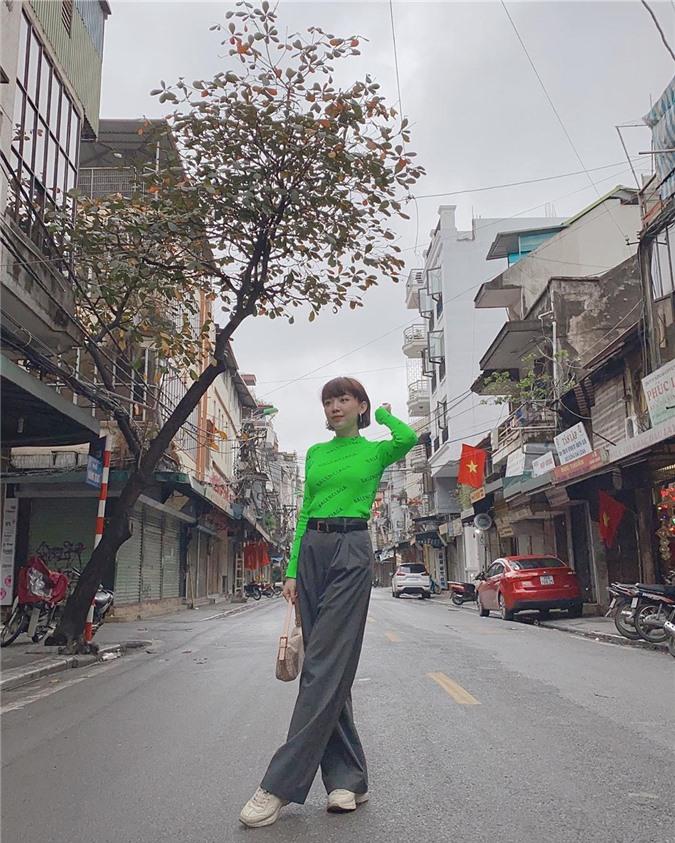 Mặc cho mùng 1 âm u, các người đẹp Việt vẫn tưng bừng váy áo: H'Hen Niê diện áo dài đi chân trần, Đông Nhi xịn hơn diện lại đôi giày cưới 30 triệu - Ảnh 10.