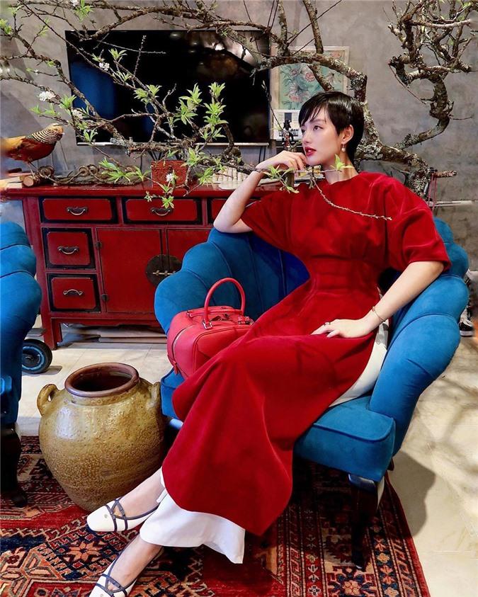 Mặc cho mùng 1 âm u, các người đẹp Việt vẫn tưng bừng váy áo: H'Hen Niê diện áo dài đi chân trần, Đông Nhi xịn hơn diện lại đôi giày cưới 30 triệu - Ảnh 12.