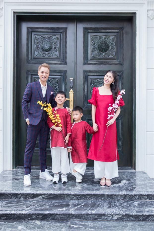 Mặc cho mùng 1 âm u, các người đẹp Việt vẫn tưng bừng váy áo: H'Hen Niê diện áo dài đi chân trần, Đông Nhi xịn hơn diện lại đôi giày cưới 30 triệu - Ảnh 15.