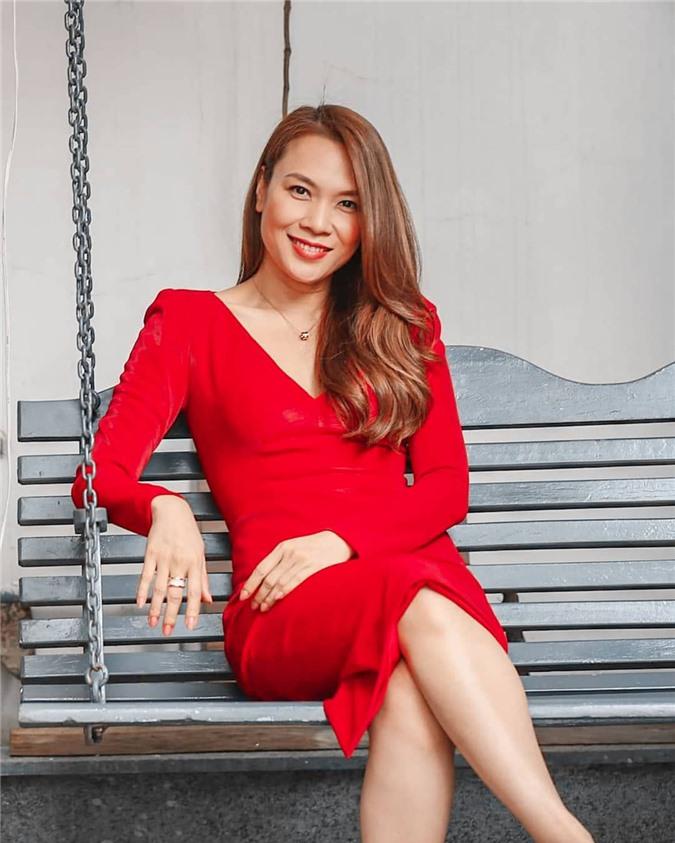 Mặc cho mùng 1 âm u, các người đẹp Việt vẫn tưng bừng váy áo: H'Hen Niê diện áo dài đi chân trần, Đông Nhi xịn hơn diện lại đôi giày cưới 30 triệu - Ảnh 18.