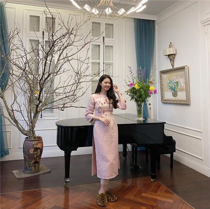 Mặc cho mùng 1 âm u, các người đẹp Việt vẫn tưng bừng váy áo: H'Hen Niê diện áo dài đi chân trần, Đông Nhi xịn hơn diện lại đôi giày cưới 30 triệu - Ảnh 19.