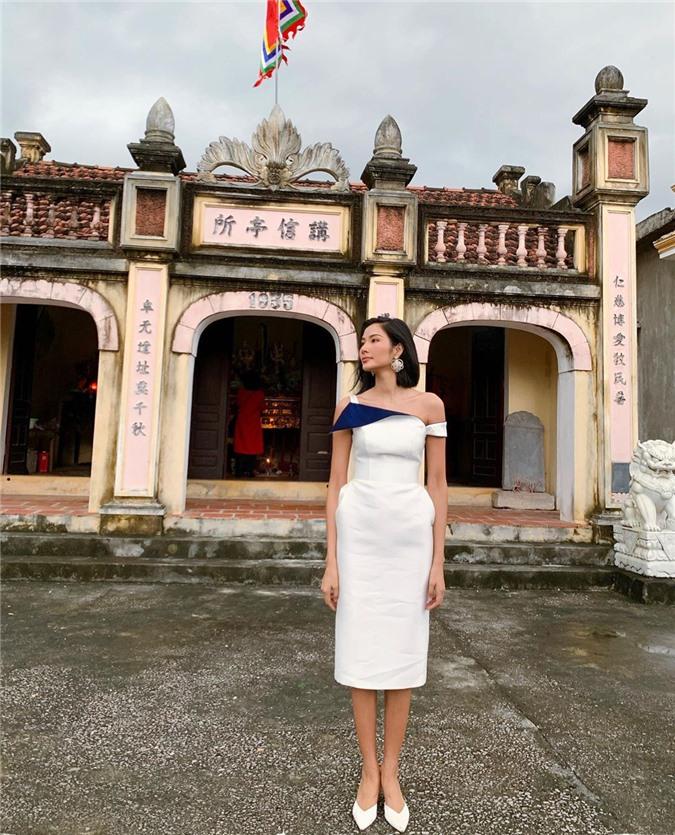 Mặc cho mùng 1 âm u, các người đẹp Việt vẫn tưng bừng váy áo: H'Hen Niê diện áo dài đi chân trần, Đông Nhi xịn hơn diện lại đôi giày cưới 30 triệu - Ảnh 3.