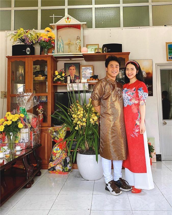 Mặc cho mùng 1 âm u, các người đẹp Việt vẫn tưng bừng váy áo: H'Hen Niê diện áo dài đi chân trần, Đông Nhi xịn hơn diện lại đôi giày cưới 30 triệu - Ảnh 6.