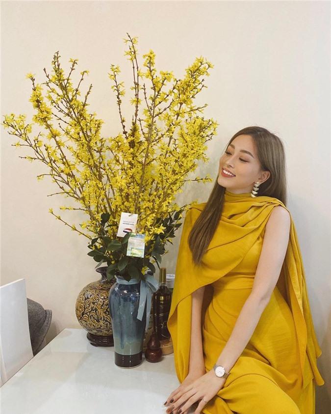 Mặc cho mùng 1 âm u, các người đẹp Việt vẫn tưng bừng váy áo: H'Hen Niê diện áo dài đi chân trần, Đông Nhi xịn hơn diện lại đôi giày cưới 30 triệu - Ảnh 8.