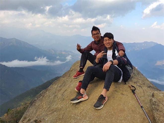 Xuân Trường leo núi với bạn bè
