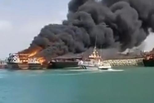 4 con tàu của Iran đã bị bốc cháy ngay trong cảng. Ảnh: Al Masdar News.