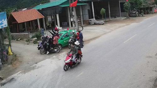 Chiếc taxi tông thẳng vào nhóm người dừng bên đường.