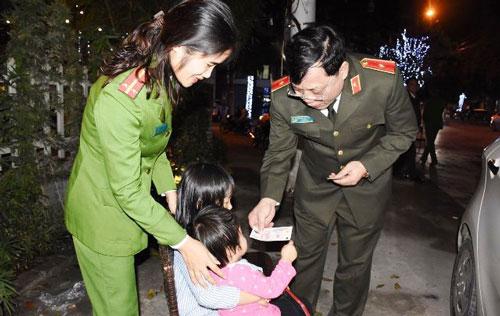 Thanh Hóa: Nữ trung úy công an đưa cả hai con nhỏ đi trực đêm giao thừa