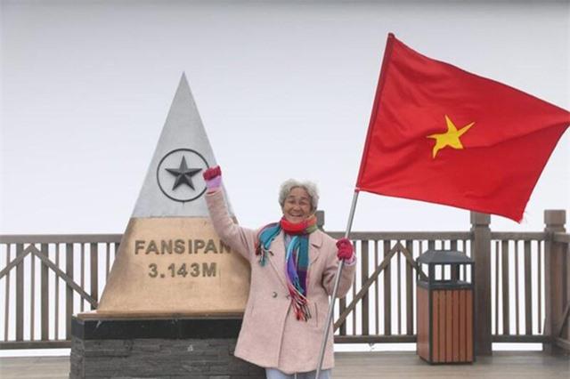 Cụ bà 81 tuổi leo 600 bậc đá, chinh phục Fansipan khiến dân mạng ngưỡng mộ - 2