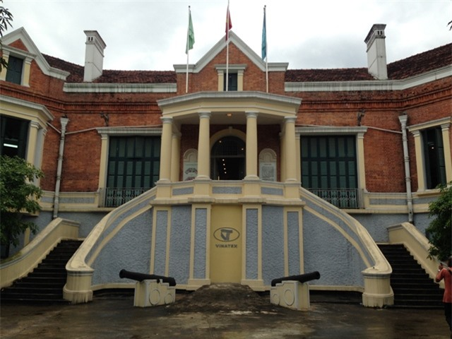 Khu nhà trưng bày chính được cải tạo, xây dựng theo kiến trúc kiểu Pháp cổ