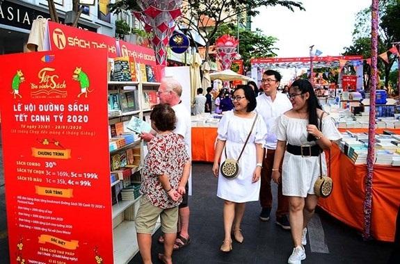 Lễ hội Đường sách Tết Canh Tý 2020 thu hút đông đảo bạn đọc tham quan trong những ngày xuân. Nguồn ảnh: Internet
