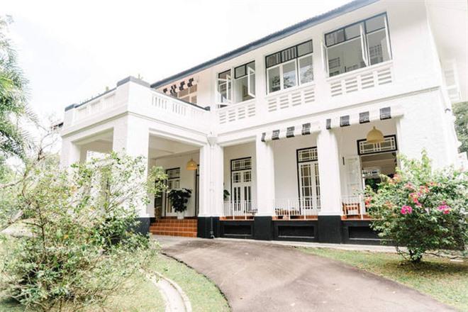 Cựu siêu mẫu Bằng Lăng hé lộ hình ảnh biệt thự cổ siêu sang tại Singapore: Rộng 5.600m2, nội thất chuyển từ tận Mỹ sang - Ảnh 1.