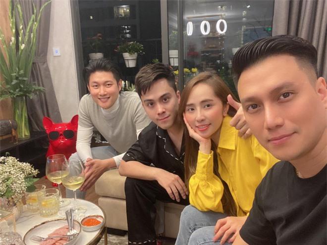 Tụ tập bạn bè đầu năm, Việt Anh liên tục khoe cận cảnh gương mặt đã dần bớt đơ cứng sau hơn nửa năm dao kéo - Ảnh 1.